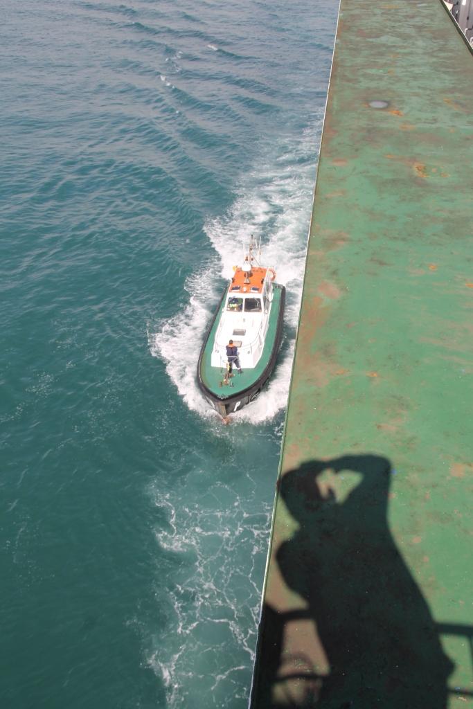Lotsenboot längsseits der M/V Albayzin