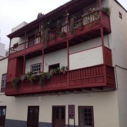 Historische Balkone an der Uferstraße - zur Kühlung, Schiffsbeobachtung und als Abort genutzt