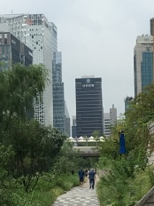 Natur und Architektur am Cheonggyecheon in Seoul