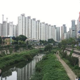 Am Unterlauf des Cheonggyecheon in Seoul