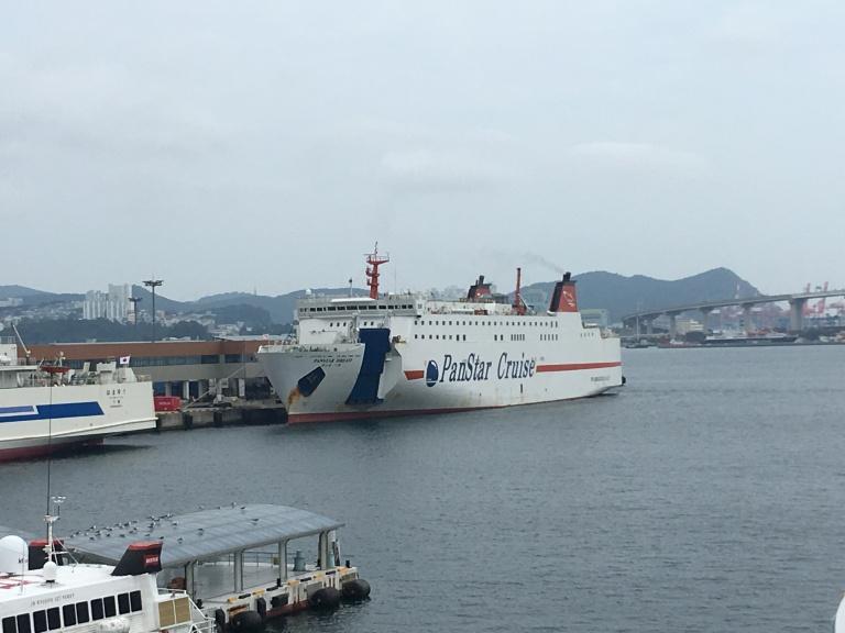 Fähre Panstar Dream am Hafenkai von Busan ; im Hintergrund die Hafenbrücke