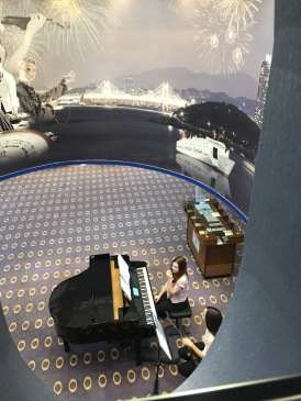 Pianistin in Atrium