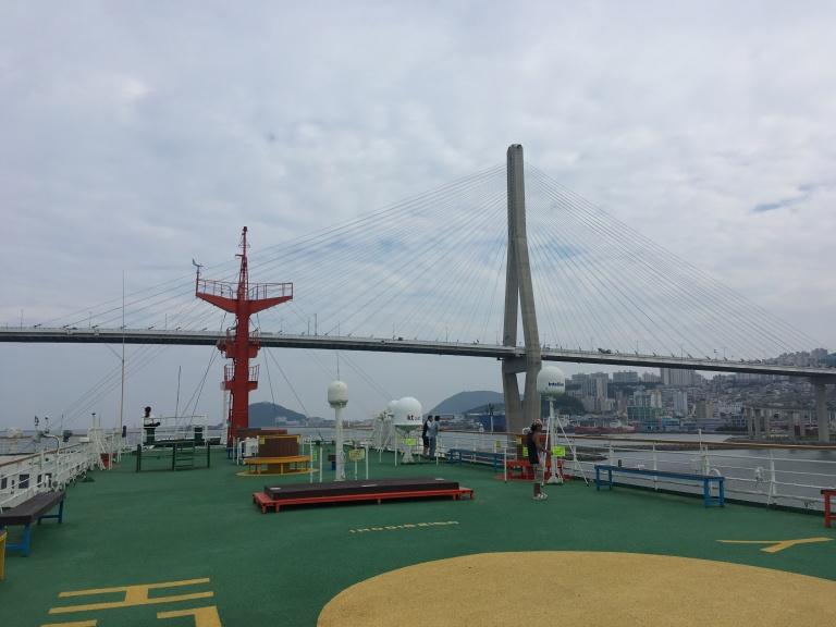 Die Fähre Panstar Dream unterquert die Hafenbrücke von Busan