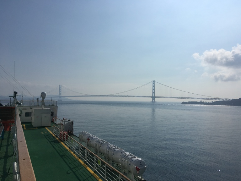 Blick von Oberdeck der Fähre Panstar Dream auf die große Seto-Brücke zwischen Honshū und Shikoku