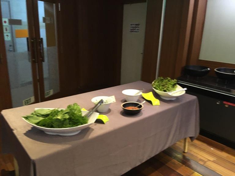 Salatschalen auf Büffettisch