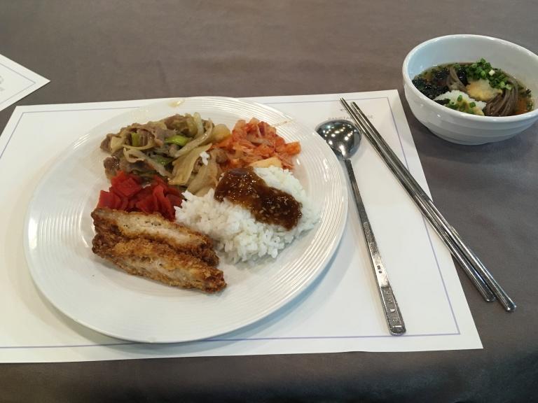 Teller mit asiatischen Speisen