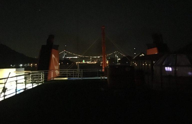 Fähre Panstar Dream passiert nachts die Kammon Bridge
