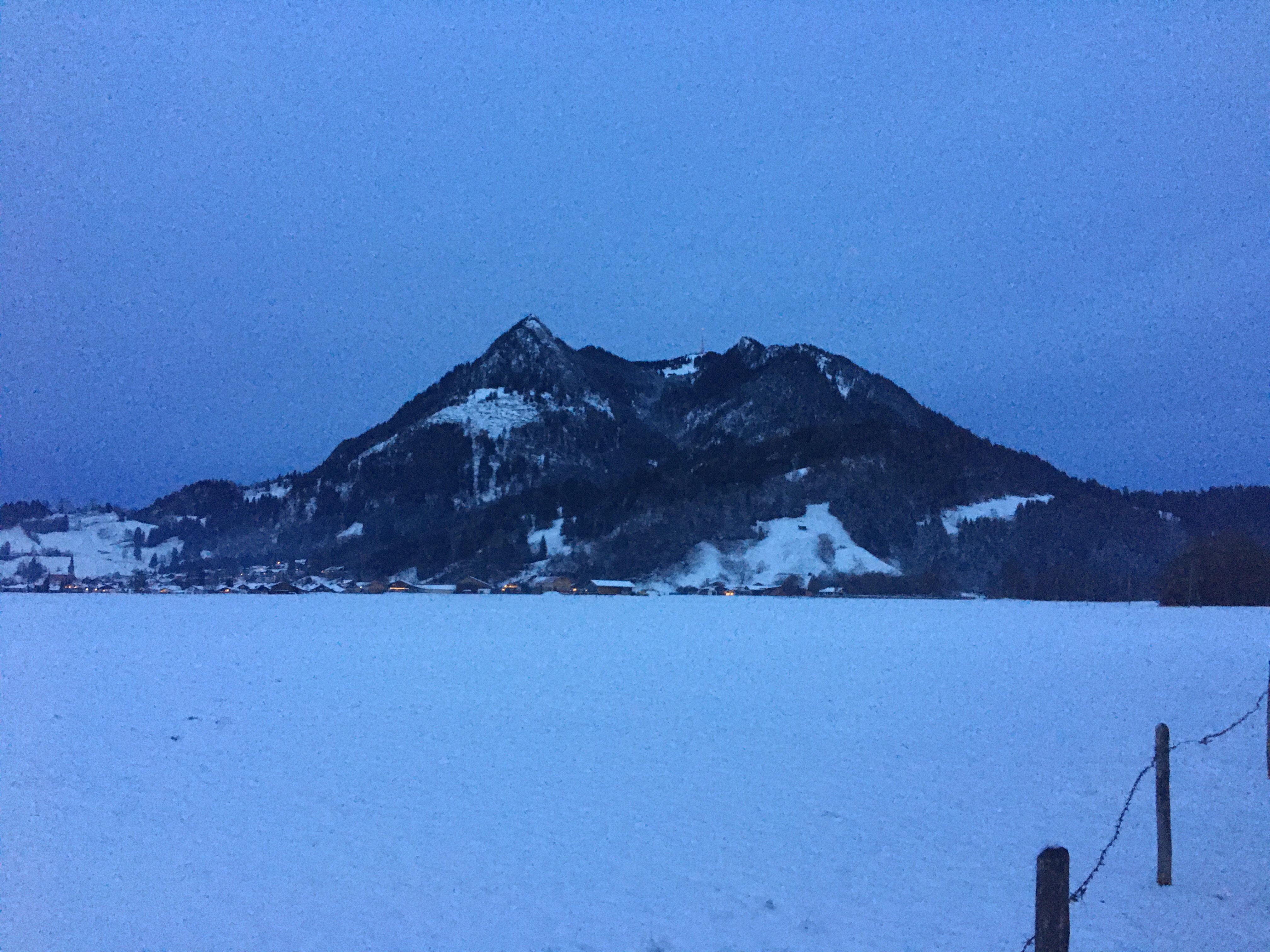 Winternacht mit Blick auf Burgberg und den Grünten