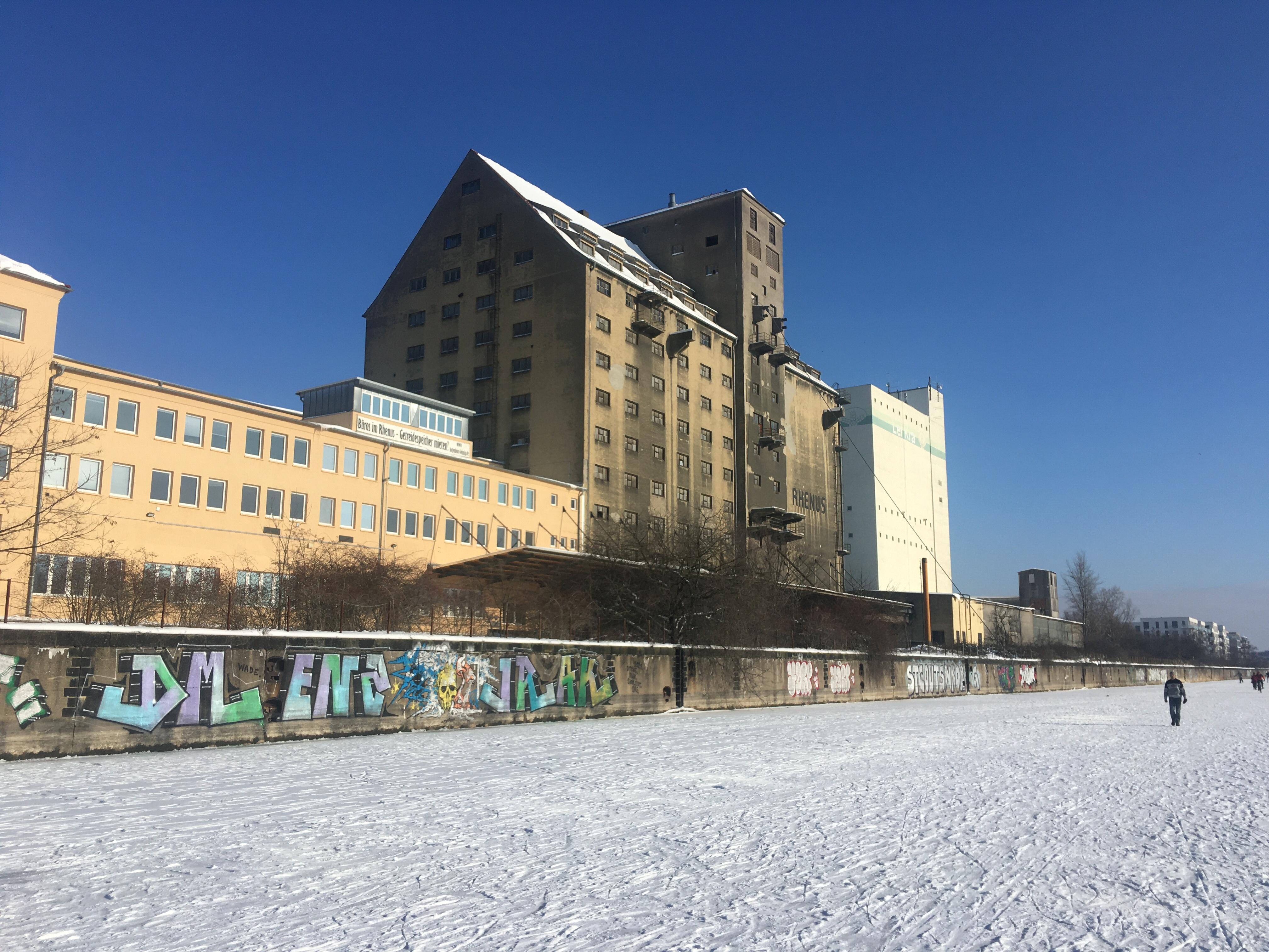 Getreidespeicher am Lindenauer Hafen mit zugefrorenem Karl-Heine-Kanal