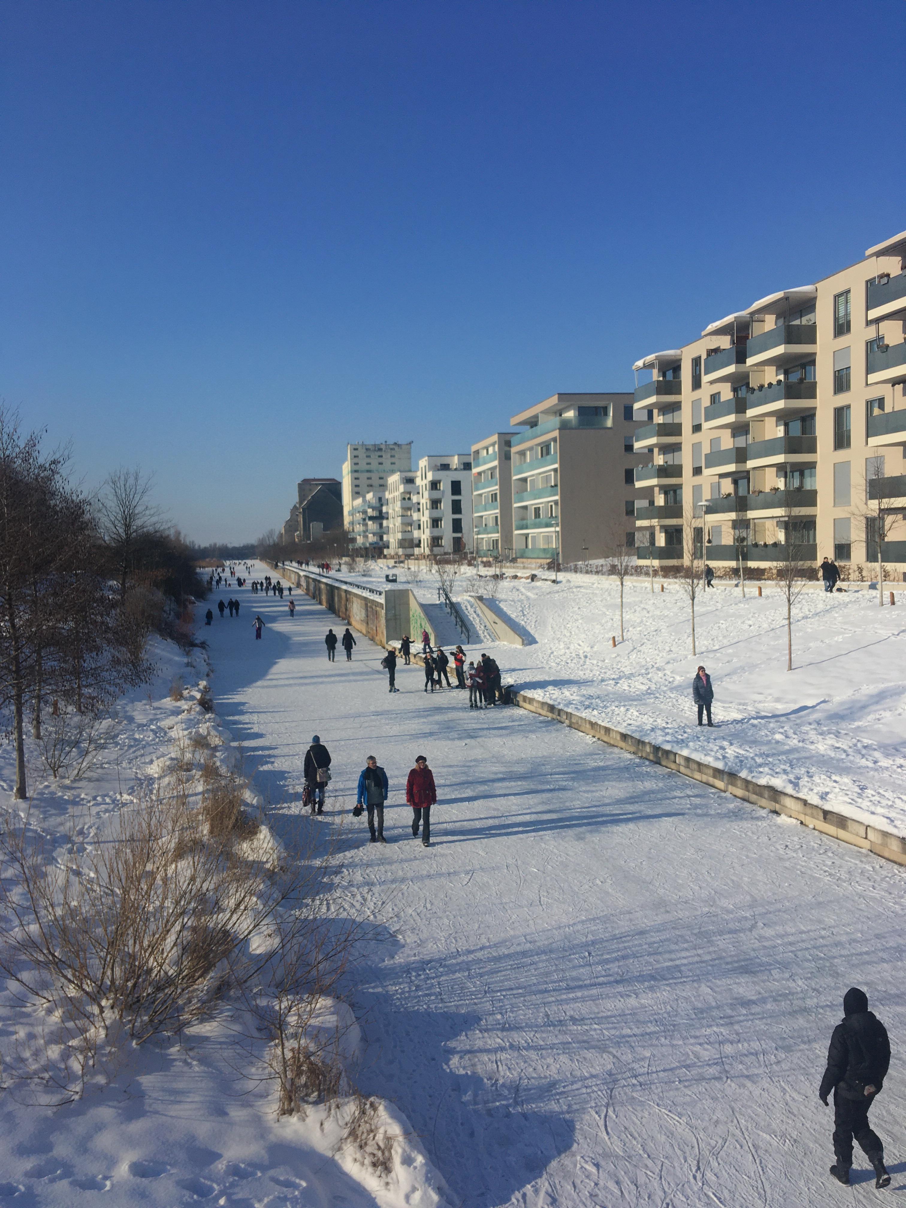 Lindenauer Hafen mit zugefrorenem Karl-Heine-Kanal